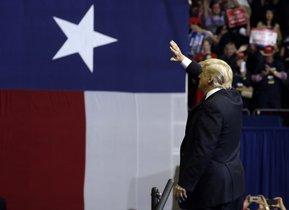 Trump saluda a los asistentes a un mitin en Texas, el lunes.