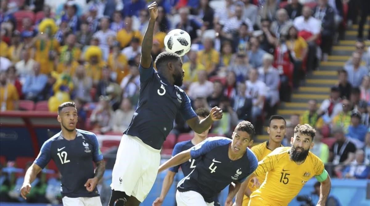 Umtiti, en el momento de cometer el penalti que supuso el empate.