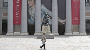 Una mujer pasa junto al Museo del Prado.