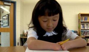 Una niña que nació sin manos gana un concurso nacional de caligrafía