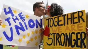 Una pareja se besa en una cadena de besos organizada por la campaña del Remain.