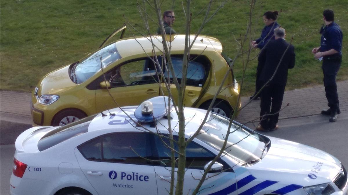 Una patrulla de la policía belga identifica a los dos individuos que entraron en la casa de Puigdemont en Waterloo.