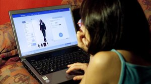 Una usuaria compra ropa en una tienda online por internet.