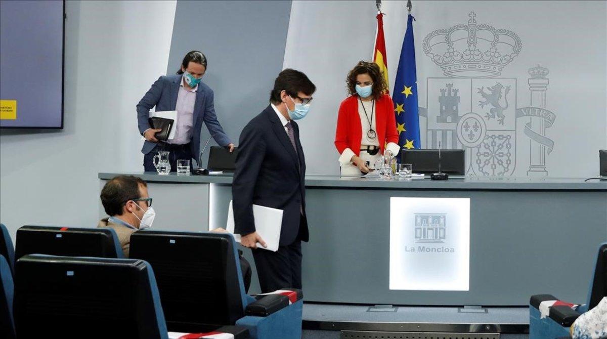 Los ministros Salvador Illa y María Jesús Montero, y el vicepresidente segundo, Pablo Iglesias, a su llegada a la rueda de prensa tras el Consejo de Ministros.