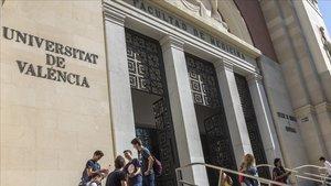 Un grupo de estudiantes conversan a las puertas de la Facultad de Medicina de la Universitat de València.