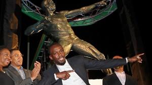 Usain Bolt, delante de su estatua en Kingston.