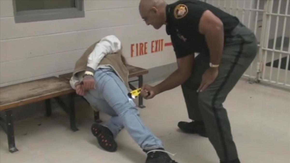 Momento en el que el sargento Mychal Turner reduce alpreso Gregory Esmile con la Táser en diciembre del 2009 en la prision Franklin de Ohio.
