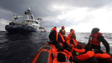 El vaixell 'Golf Azzurro', de l'oenagé Proactiva Open Arms, rescata 112 immigrants a bord d'un bot a la deriva davant de la costa de Líbia.