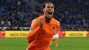 Van Dijk celebra el gol del 2-2 que mete a Holanda en la final a cuatro de la Liga de las Naciones.