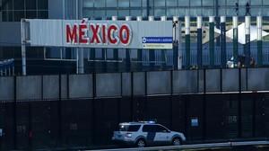 Un vehículo de patrullas de fronteras de EEUU pasa junto al muro entre México y EEUU en San Ysidro (California), este miércoles.