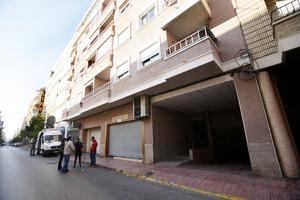 Vista de la entrada al edificio de Torrevieja en el que se encuentra la vivienda en la que un hombre ha matado, presuntamente, a su esposa, de 31, y a la hija de ambos, de entre 8 y 9 meses.