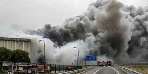 Vista del incendio que ha causado daños muy graves en la planta principal de la empresa cárnica Campofrío en Burgos.
