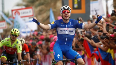 Elia Viviani gana en el Giro entre las autovías de Israel