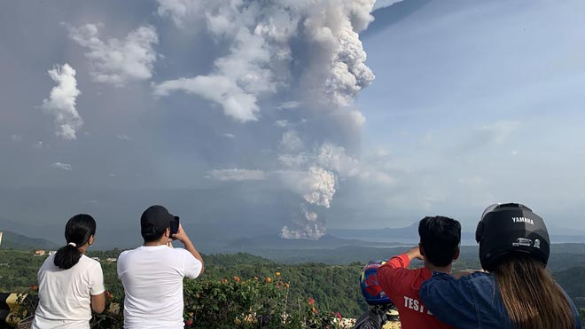 Alerta per l'espectacular activitat d'un volcà a les Filipines | Vídeo