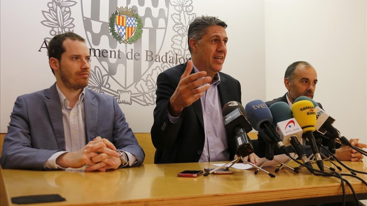 Xavier García Albiol, hoy, con los concejales Juan Fernández y Dani Gracia.