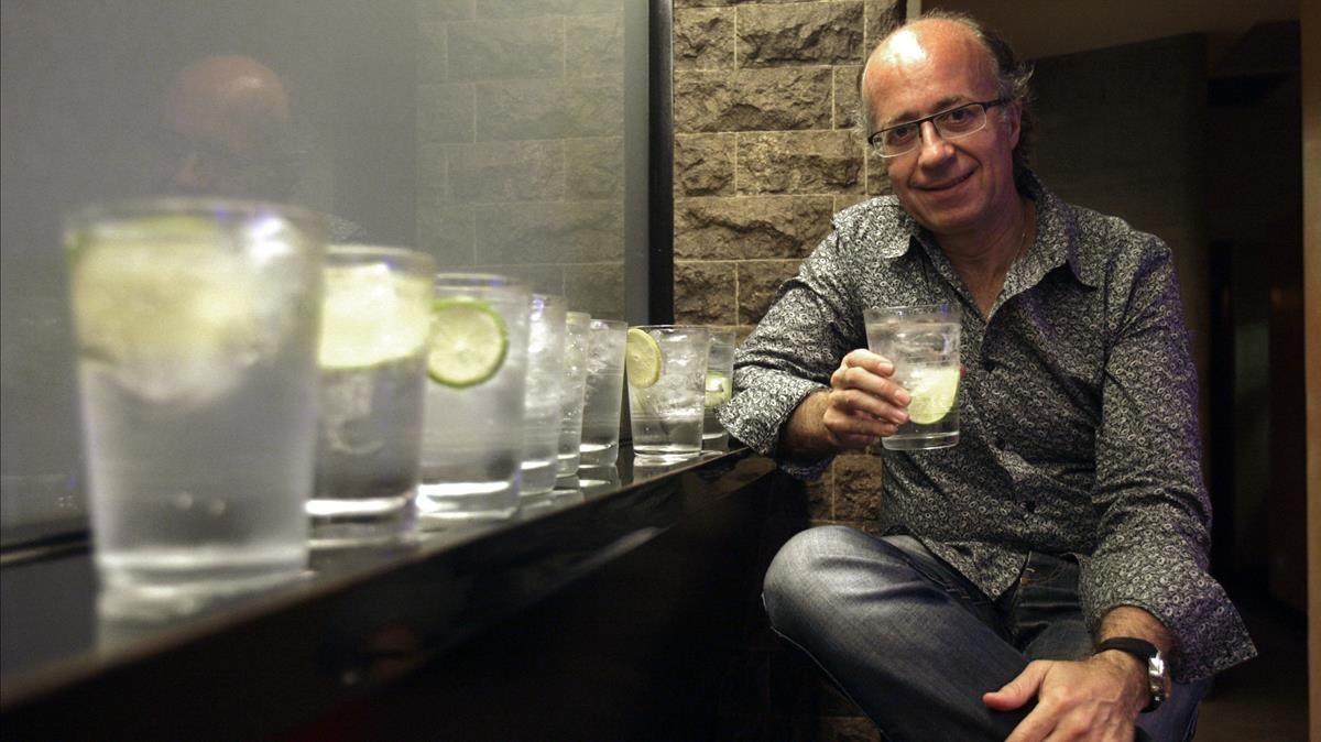 Javier de las Muelas, junto a una fila de gin-tonics, en la coctelería Gimlet.