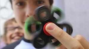 Un adolescente juega con su Fidget Spinner, la semana pasada en Barcelona.