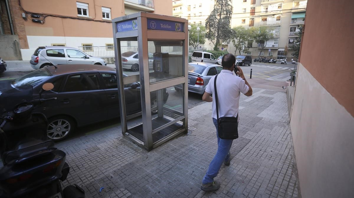 La única cabina de modelo cerrado que queda en Barcelona, en la calle de Lledoner, el pasado viernes.