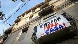 Pancarta de protesta por el incremento de los alquileres en una finca del Poblenou.