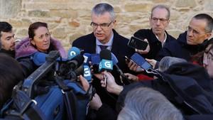 El delegado del Gobierno en Galicia, Santiago villanueva, atiende a la prensa.