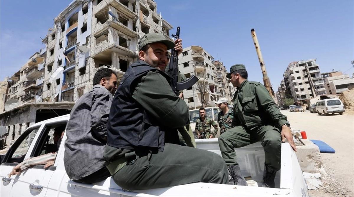 Policías sirios a la entrada de Duma.