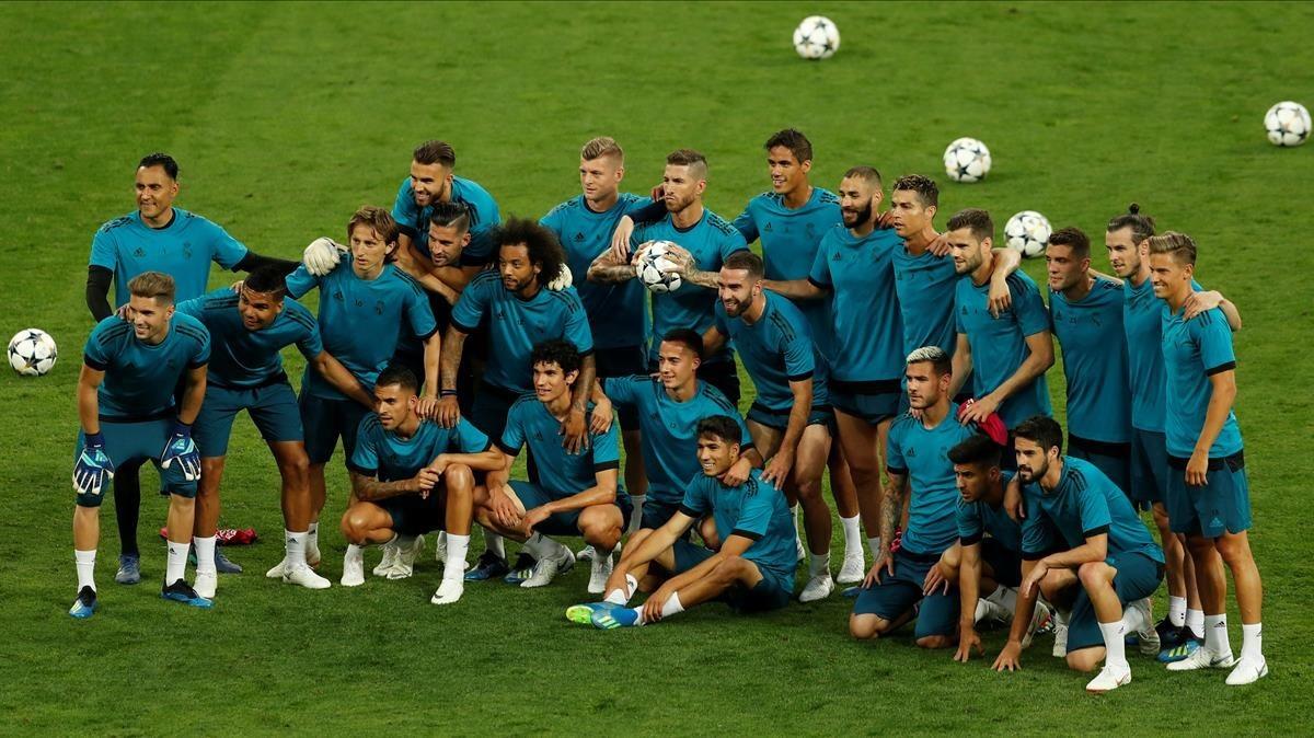 Foto de familia madridista en el estadio de la final con el Liverpool.