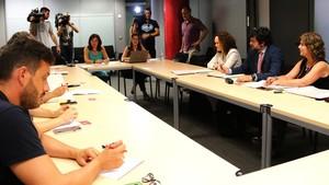 Representantes de los trabajadoresde tierra de Iberia y de la empresa en la mediación del Departament de Treball.