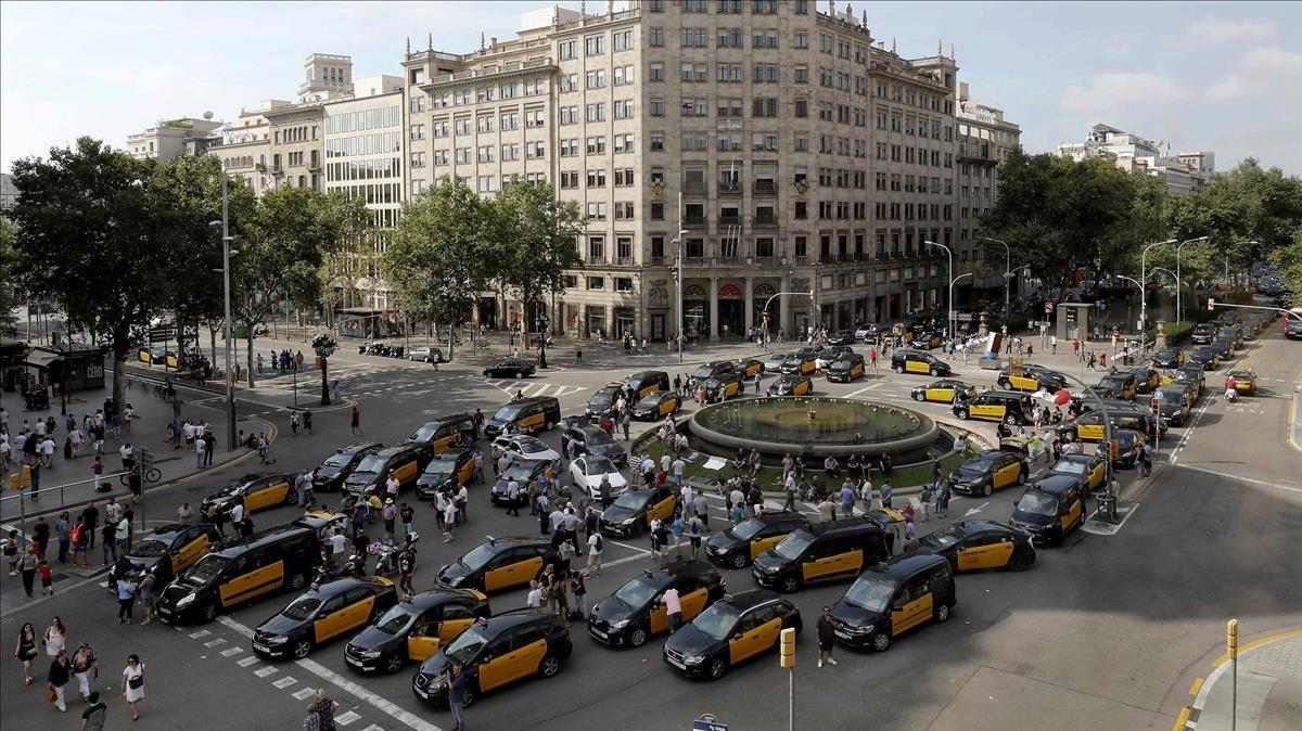 Concentración de taxis en Gran Via con paseo de Gràcia.