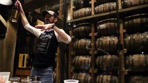 Un guía de Jack Daniels explica unode los whiskis de la marca durante una cata para un grupo de visitantes.