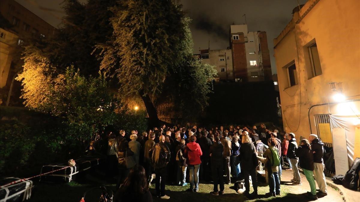 Asamblea de los vecinos que protestan por la posible demolición de dos casas y la encinaen Gràcia, en noviembre.
