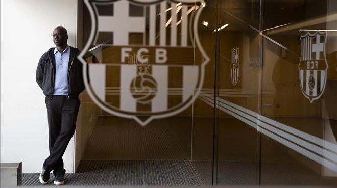 Lilian Thuram, en la puerta del palco del Camp Nou.