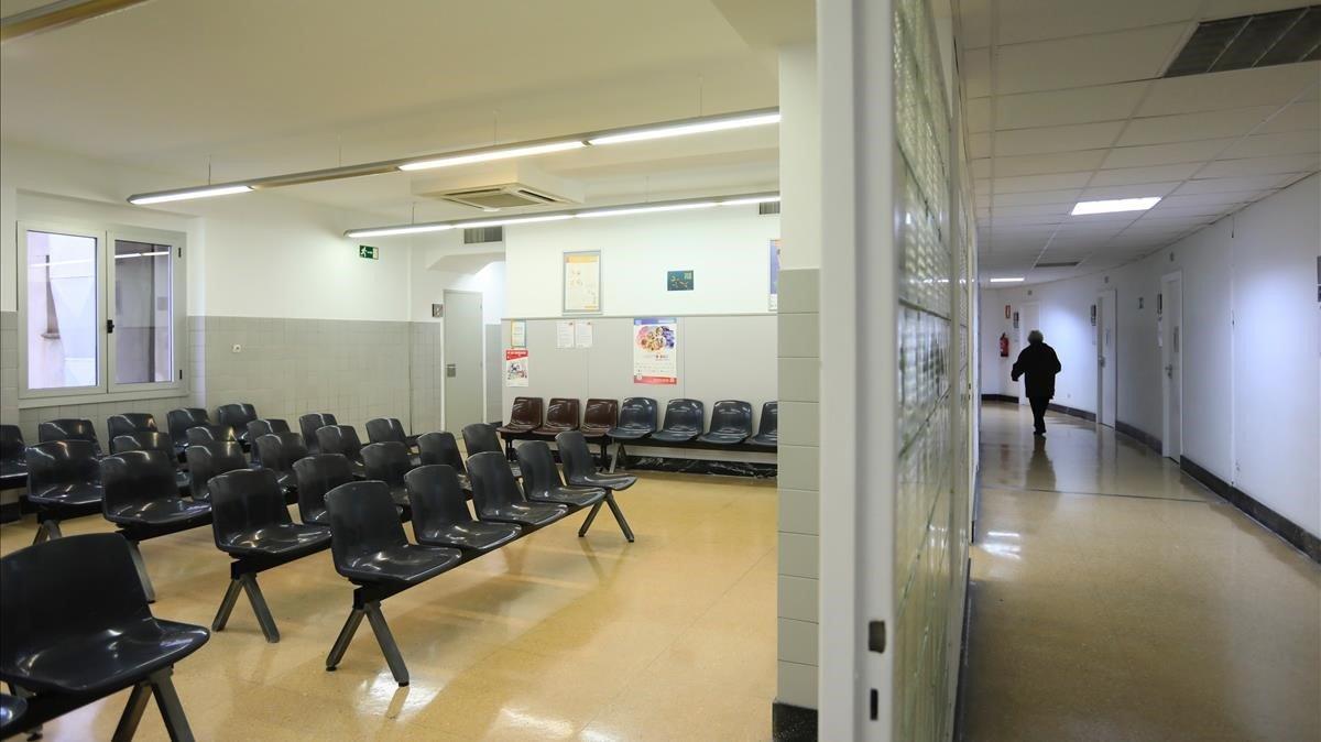 Sala de espera vacía en un ambulatorio de Barcelona.