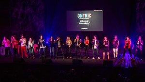 El elenco de jóvenes cantantes que protagoniza este montaje.