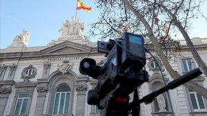 Cámara de televisión ante la sede del Tribunal Supremo, en Madrid.