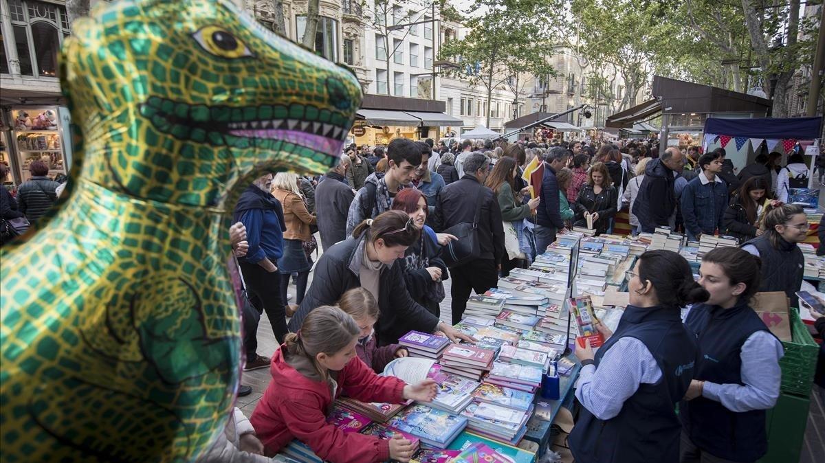 Multitudes en la Diada de Sant Jordi del año pasado, una imagen que no se repetirá este.