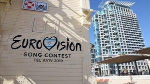 Una caseta de playa en Tel-Aviv, con el logo del Festivalde Eurovisión.