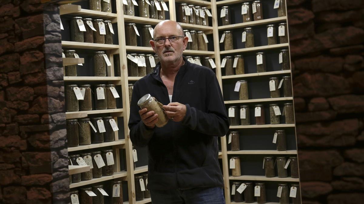 Michael Kirkegaard, con los botes detierra de su instalaciónen Manresa.