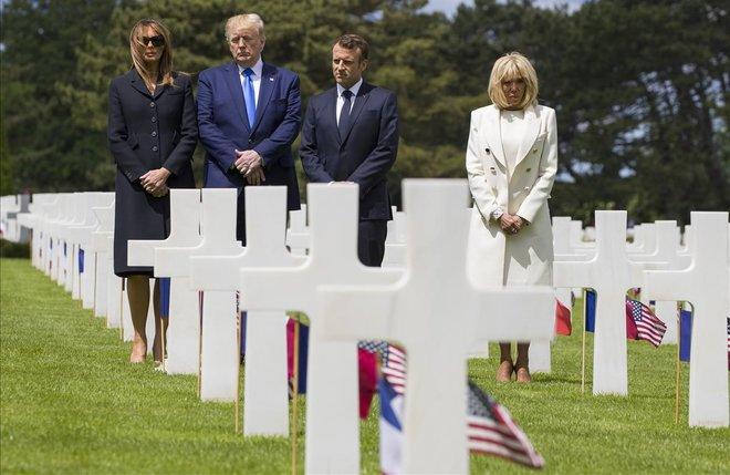Los presidentes de Estados Unidos y de Francia, junto a sus esposas, en el cementerio estadounidense de Normandía en Colleville-Sur-Mer. Macron, recordó a Trump, en presencia de éste, que 'Estados Unidos nunca es más grande que cuando se bate por la libertad de los otros'.