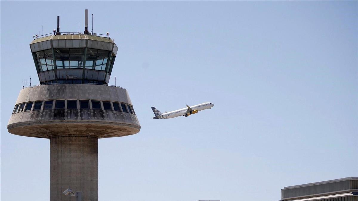Un avión despega de la Terminal 1 de El Prat