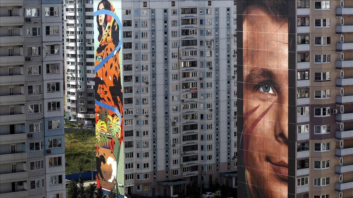 En primer plano, el retrato del cosmonauta Yuri Gagarinobra del italiano Jorit Agoch, en Odintsovo.