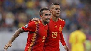 Paco Alcácer (i) celebra junto a Rodrigo el segundo gol de España en Rumanía.