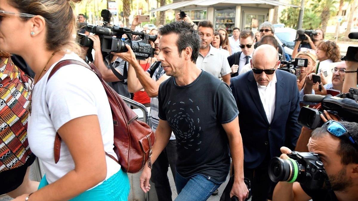 Ángel Cruz, padre del pequeño Gabriel, entra en la Audiencia de Almería antes de la notificación del veredicto.