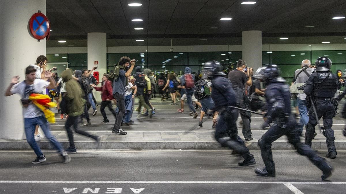 Actuación de la policía en el aeropuerto de El Prat.