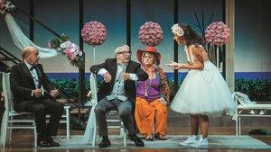 Pep Sais, Joan Pera, Maife Gil y Anna Carreño, en una escena de 'El pare de la núvia'.