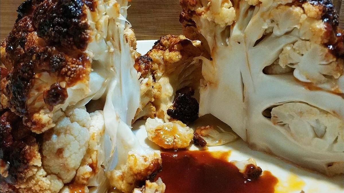 Coliflor al horno y salsa barbacoa picante: foto hecha en la cocina de casa.
