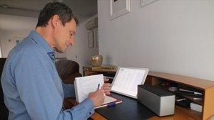 El ministro de Ciencia, Pedro Duque, trabajando en su casa durante los días del confinamiento