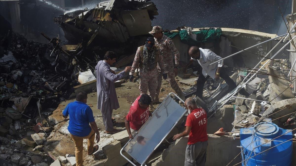 los equipos de rescate ante uno de los fallecidos.