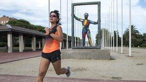 Iolanda Cano Rubio, corriendo junto al monumento de homenaje a quienes, como ella, fueron voluntarios en los JJOO de Barcelona 92.