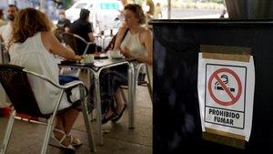 Cartel de prohibido fumar, en la terraza de un bar madrileño.