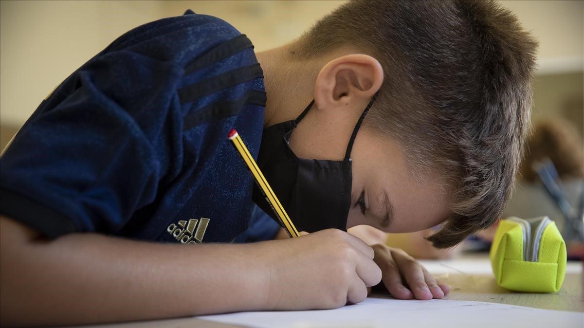 Un alumno de primaria en el instituto escuela Lluís Millet de Santa Coloma de Gramenet, el pasado septiembre.